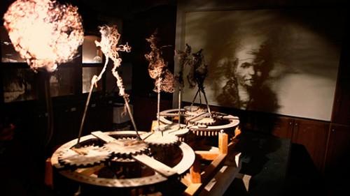 """איתמר מנדס־פלור """"מכונה מס. 1"""", 2011, פסל קינטי עשוי עץ, חוטי ברזל ואור. צילום: תומר אפלבאום"""