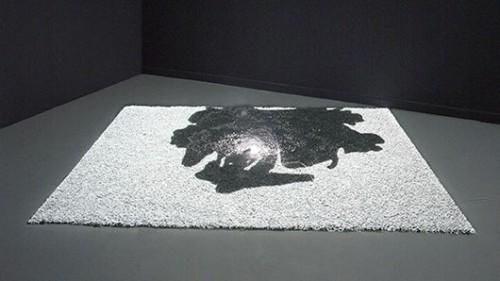 """טליה קינן """"כתם"""", 2005, מיצב רצפה: חצץ, תאורה, הקרנת וידיאו, 210X280 ס""""מ. מוזיאון חיפה לאמנותתצלום באדיבות גלריה נגא, תל אביב"""