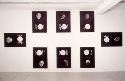 """גליה גור זאב""""שולחן"""", 1997, מיצב תצלומים מתוך התערוכה """"שולחן"""" בגלריית הקיבוץ, תל אביב"""