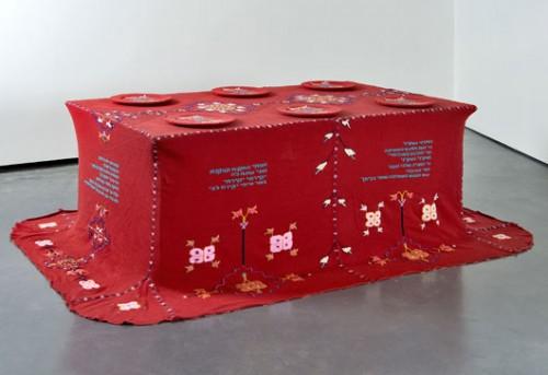 """רוית כהן גת. """"גולה סנגם"""", 2005, טכניקה מעורבת, 108X200X72 ס""""מ. באדיבות מוזיאון ארץ ישראל. צילום: ליאוניד פדררול"""