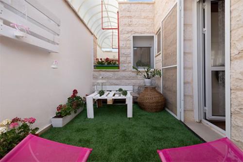 גם המרפסת טופלה והפכה לחלק מאזור האירוח של החדר