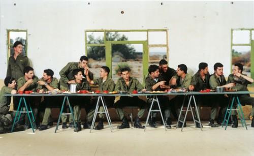 """עדי נס. """"ללא כותרת"""" (הסעודה האחרונה), 1999, תצלום צבע, 100X130 ס""""מ. באדיבות גלריה זומר, תל אביב"""