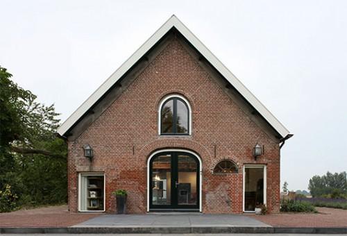 חזית הבית שומרת על המבנה של האסם הישן, המשתלב בטבעיות בסביבה. צילום Filip Dujardin