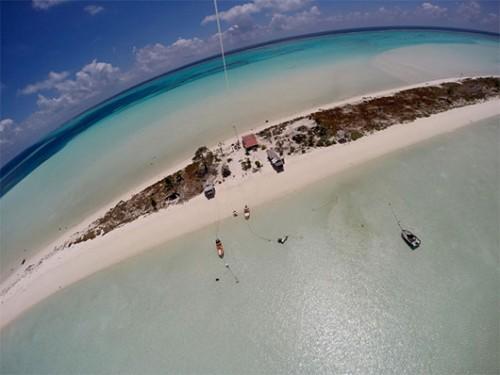 את האי מקיפים מים רדודים במיוחד ובעת השפל שטחו גדל באופן משמעותי. צילום: טניה רמניק ואורן טל