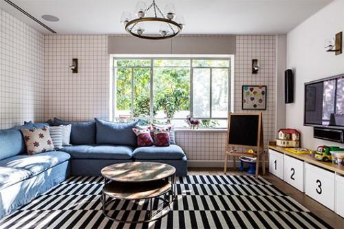 חדר משפחה. טקסטורות שונות בשטיחים ועל הקיר | צילום: איתי בנית