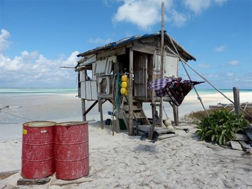 הבקתות באי נבנות משלל חומרים הנסחפים אל החוף ביניהם קלקרים, חבלים וקרשים. צילום: טניה רמניק ואורן טל