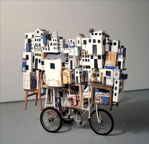 """פיליפ רנצר'""""העגלה הגדולה"""", 2001, תלת אופן, קרטון, עץ, נייר, מתכת, 53X231X204 ס""""מ. אוסף רחל ודב גוטסמן, תל אביב. צילום: עודד לבל"""