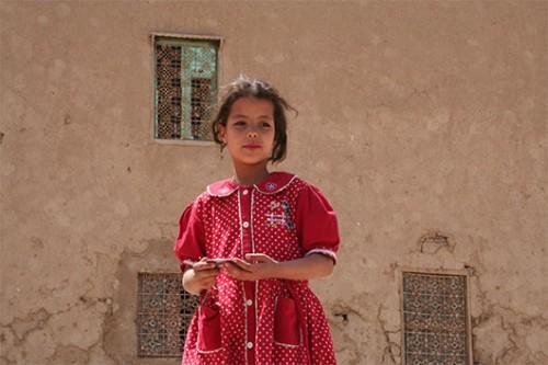ילדה על רקע קירות הבוץ של הקסבה בריסאני. צילום: דודו בן-צור