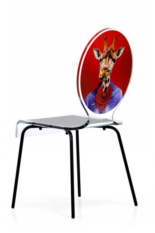 כיסא מאקריל עם הדפס של חיה מואנשת. Acrila