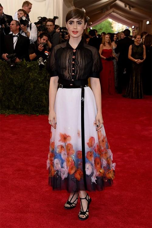לא קל להיראות כל כך טוב במשהו שקנדל ג'נר לבשה. לילי קולינס בשאנל קוטור   צילום: גטי אימג'ס