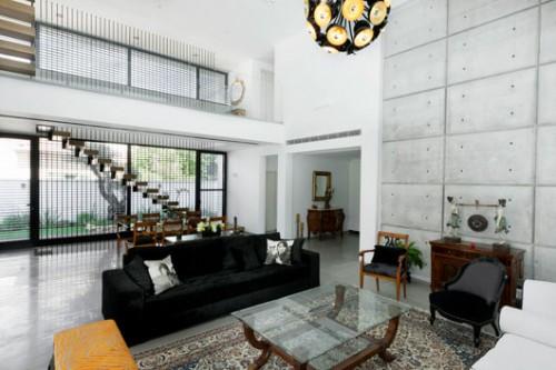תשומת לב מיוחדת הוקדשה לתאורה המשרתת סיטואציות שונות: אור טבעי מהחזית ומגב הבית, גוף תאורה מרכזי מרשים, ספוטים ופסי לד כתאורת אווירה