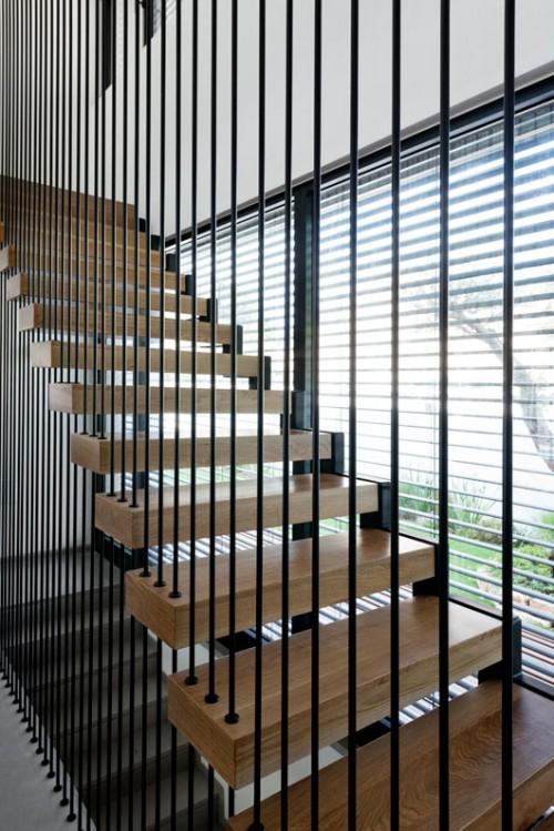 גרם המדרגות נשען בקצה אחד על המבנה וקצהו השני עשוי מוטות הברגה קשיחים, פתרון שנועד לענות על צרכים פונקציונליים וחזותיים