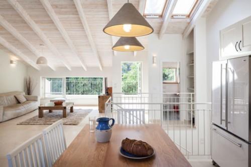 האזור הציבורי של הבית נמצא בקומה העליונה. כדי למקסם את שטח המרפסות בחרה האדריכלית בתכנון שונה מהמקובל ומיקמה אותן צמוד לסלון ולמטבח