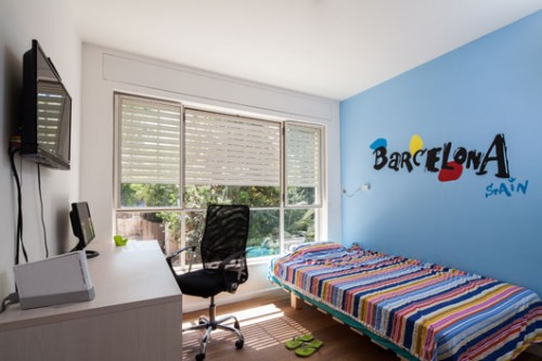 חדרי הילדים עוצבו בצבעוניות מתונה הקשורה לנוף הנשקף מחלון גדול