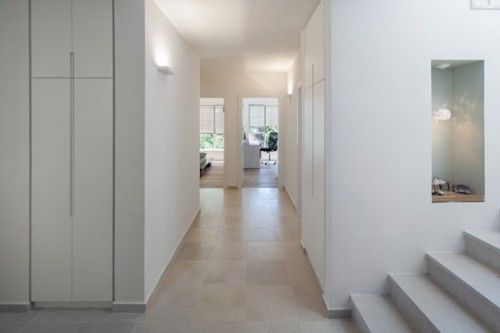 דלת הכניסה מובילה למבואה שנפתחת לשני אגפים. המבנה הוכתב על ידי גרם המדרגות