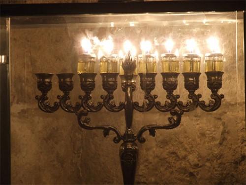 אינספור חנוכיות ידלקו בחלונות בתי ירושלים בחג החנוכה. צילום: ערן ודוד גל אור
