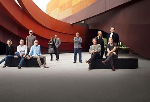 נבחרת האדריכלים על רקע מוזיאון העיצוב חולון | צילום: Jan Lehner