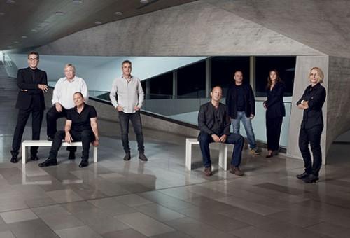 נבחרת האדריכלים על רקע מוזיאון תל אביב | צילום: Jan Lehner