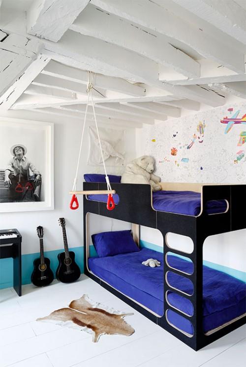 בחדרם של הילדים הצעירים שולבו מיטת קומתיים של חברת Perludi וטפט שבמבט ראשון נראה כציור ידני | צילום: Francis Amiand