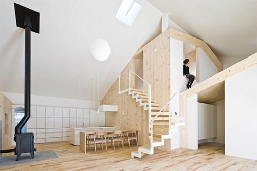 המדרגות שבלב הבית מובילות אל עליית הגג ומהוות מחווה לסולם העץ המסורתי