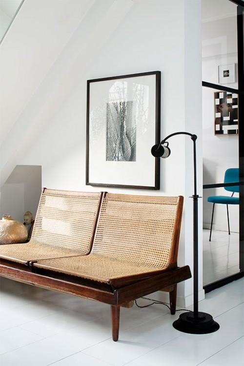 ספה דו מושבית ישנה שנקנתה בשוק הפשפשים בפריז משולבת עם גופי תאורה עכשוויים | צילום: Francis Amiand