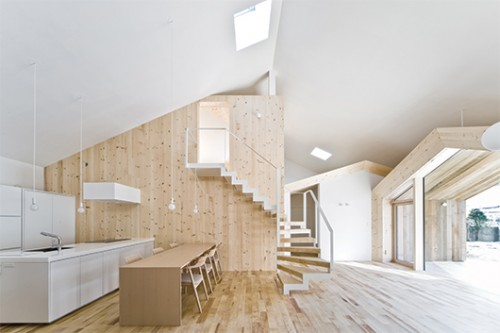 """המטבח והסלון ממוקמים במרכז הבית וממלאים תפקיד של """"כיכר העיר"""""""