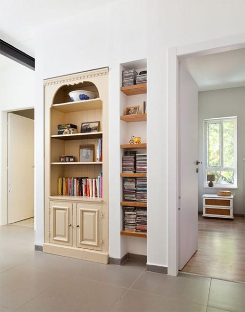 המבואה המובילה אל חדרי השינה עוצבה סביב פינת המחשב, ונישה מיוחדת נבנתה סביב ארון ישן בעל ערך סנטימנטלי שהיה שייך לסבתה של בעלת הבית