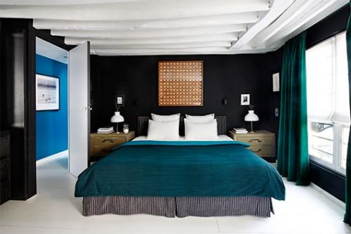 חדר השינה של ההורים זכה למראה מהודר ודרמטי באמצעות קיר שחור ווילונות ארוכים ואטומים | צילום: Francis Amiand