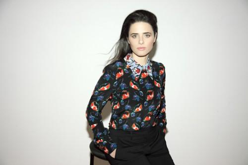 איילת שקד. חולצה מכופתרת פרחונית Miu Miu להלגה עיצובים, מכנסיים פראדה להלגה עיצובים | צילום: זוהר שיטרית