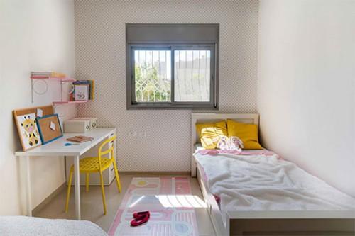 חדר הילדים עוצב בגוונים פסטליים | צילום: אביבית וייסמן