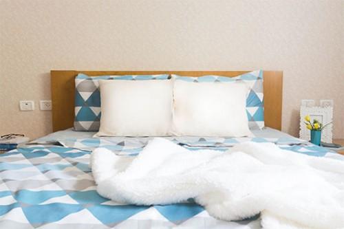 חדר השינה של ההורים. מזמין לשקוע לתוכו ולנוח בסוף יום | צילום: אביבית וייסמן