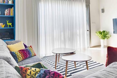 שטיח פסים שחור- לבן בסלון שנותן טוויסט לקו המודרני ומוסיף רוך וחום | צילום: אביבית וייסמן