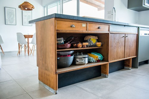 המטבח מורכב משידת בית מרקחת מקורית ומארון שנבנה על ידי נגר. המתח שבין החומרים והסגנונות יוצר מראה מאוזן, על קו התפר בין ישן למודרני | צילום: סיון אסקיו
