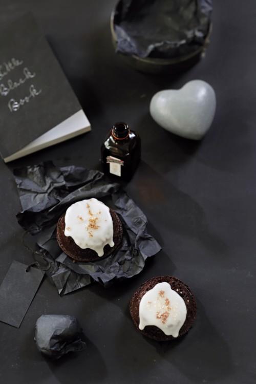 לאכול עד דלא ידע. עוגת שוקולד וויסקי עם אייסינג | צילום: דניה ויינר