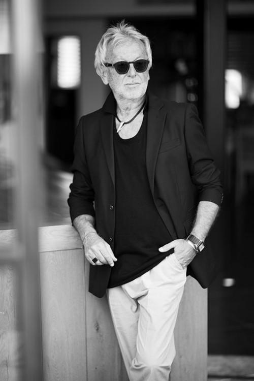 אחד המעצבים הפוריים ומשפיעים ביותר בישראל, שמביא אופנה לכל תחומי החיים שלנו, ולא רק לחדר הארונות. גדעון אוברזון | צילום: סאם יצחקוב
