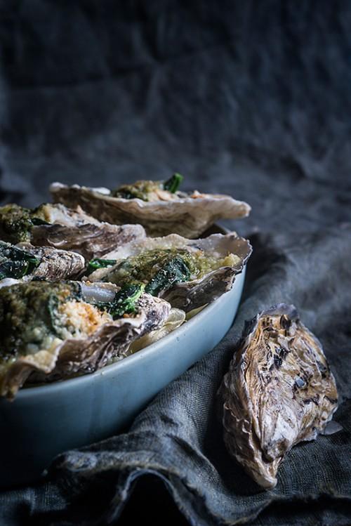 אויסטרים רוקופלר – מוקרמים עם תרד, חמאה, פירורי לחם ופרמזן | צילום: בן יוסטר