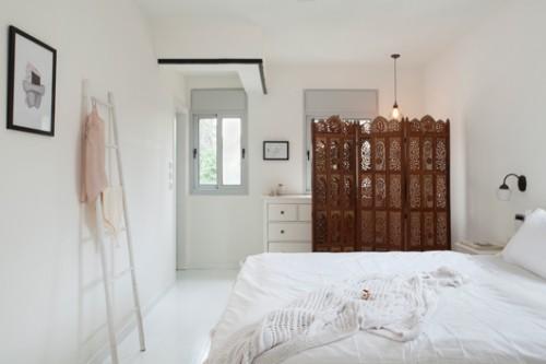 חדר השינה של ההורים עוצב בלבן בהיר ובסגנון נזירי   צילום: הגר דופלט