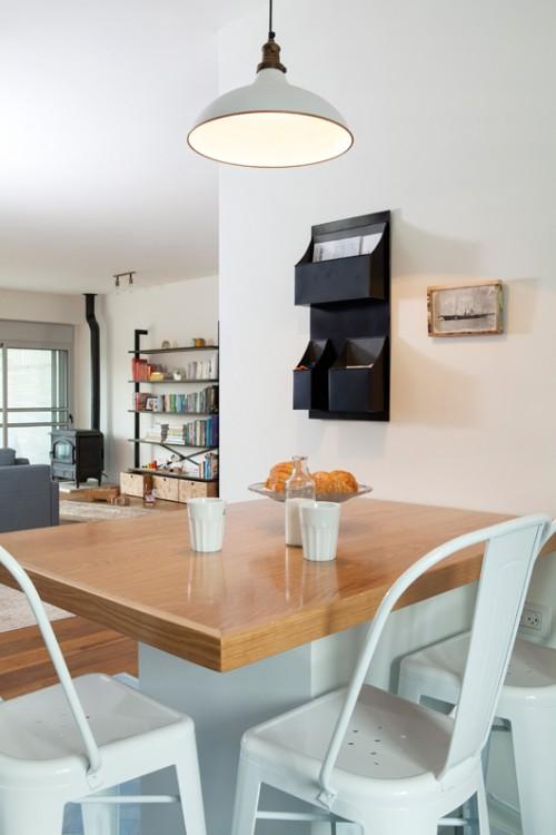 מבט לעבר הסלון דרך אי הישיבה במטבח   צילום: הגר דופלט