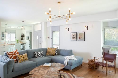 גופי התאורה בסלון תוכננו במיוחד לחלל   צילום: הגר דופלט