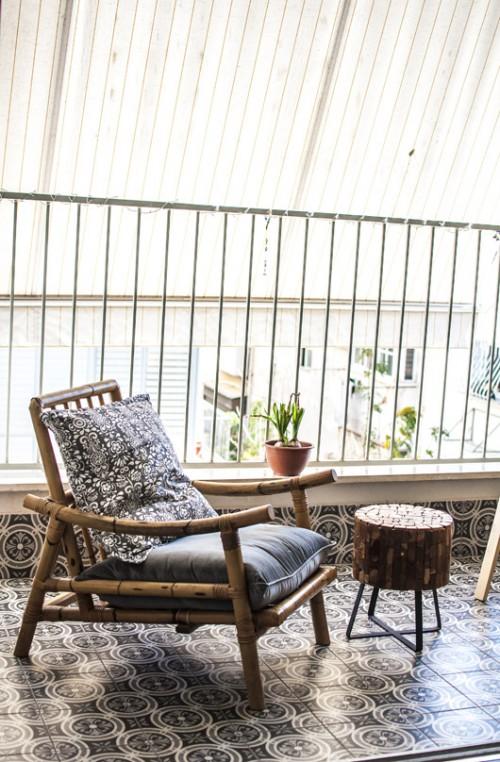 המרפסת רוצפה במרצפות מצוירות בהשראת תל אביב של פעם | צילום: סיוון אסקיו