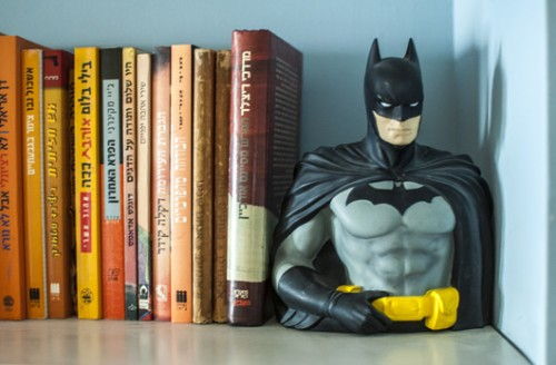 פרט מתוך הספרייה. יופיים של הדברים הלא מושלמים | צילום: סיוון אסקיו