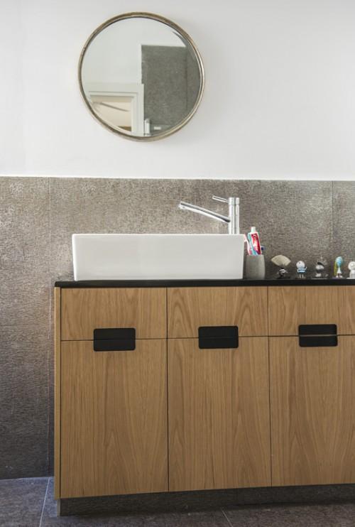 פלטת הצבעים רגועה ונעה בין גוונים בהירים ופסטלים של אפורים, חומים, מוקה, תכלת וכחול. חדר האמבטיה | צילום: סיוון אסקיו