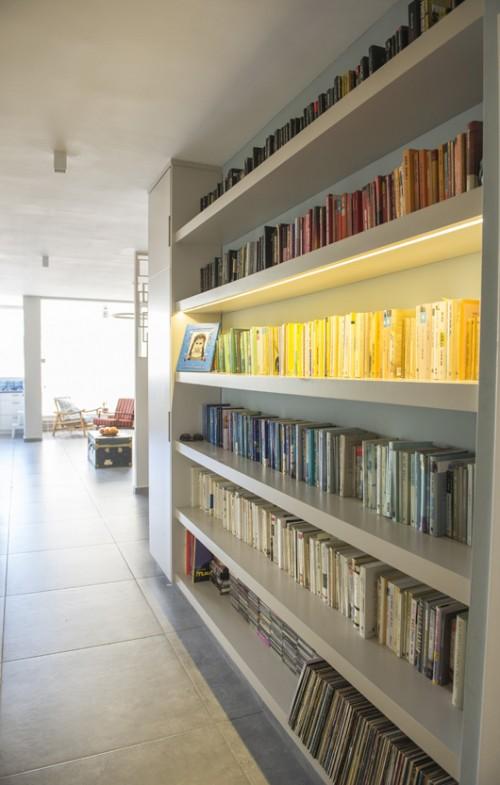 המסדרון הפך לספרייה | צילום: סיוון אסקיו