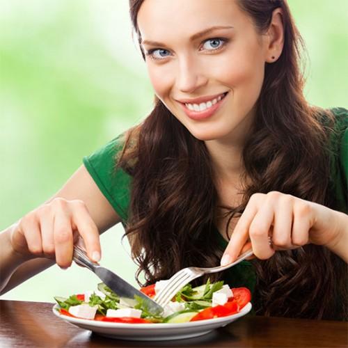 דוגמאות ממאגרי התמונות שבהם נשים תמיד מחייכות ואוכלות סלט בלבד | צילום: shutterstock