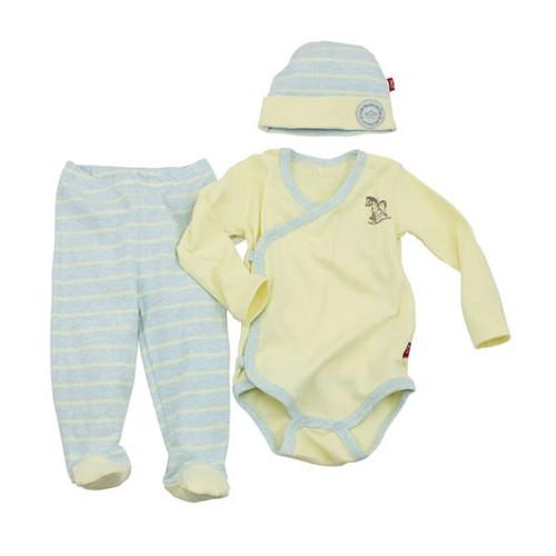 מארז של בגד גוף, מכנסיים וכובע לתינוק של שילב   צילום: דן לרנר