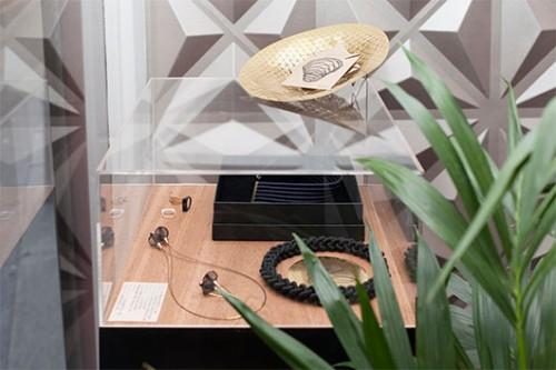 תכשיטים מיוחדים בטכניקה של ניפוח פלסטיק ושילוב זהב. ולום   צילום: רותם רייצ'ל חן