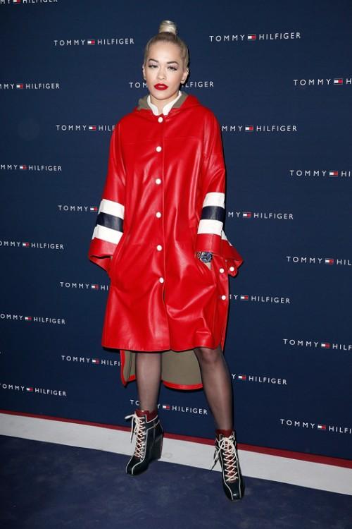 חזר להיות קול. ריטה אורה בבגדים בעיצוב טומי הילפיגר   צילום: GettyImages