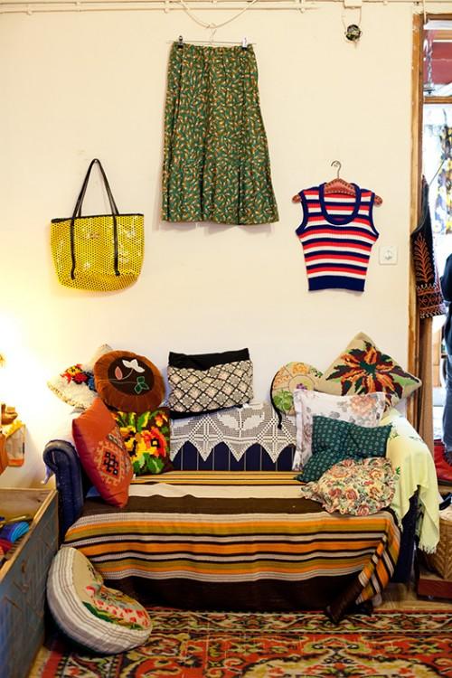 שטיחים, וילונות, כריות, מזוודות, גופי תאורה, כלי בית, בגדים, נעליים, תקליטים קפה ומספרה. בלה מספרה ובוטיק יד שנייה | צילום: בועז לביא