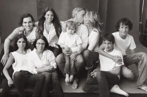 """אול אמריקן פמילי. משפחת הילפיגר (מימין): אלכס (20) וג'וליאן (18) בניה של די אשתו השנייה, טומי ובזרועותיו בנם המשותף סבסטיאן (5). ילדיו מנישואים ראשונים: אליזבת (22), ריצ'ארד (25), אלי (30) וקטלין (20).   צילום: יח""""צ"""