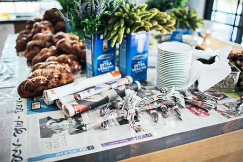 חומרי גלם פשוטים כנייר עיתון וקופסאות פח יוצרים דקורציה צעירה והומוריסטית | עיצוב: דרור גולן. צילום: אסף רביבו